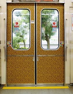 大阪の地下鉄にヒョウ柄!? 扉の模様にSNSざわつく