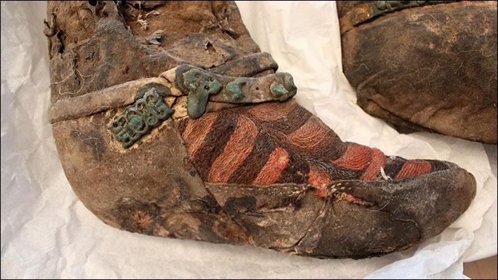 「1,100年前のミイラ、アディダスのブーツを着用?!埋葬品がお洒落すぎ!」