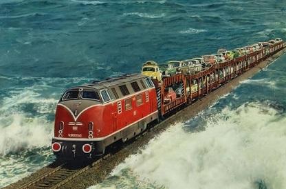 奇妙すぎる場所を走る世界の列車8選