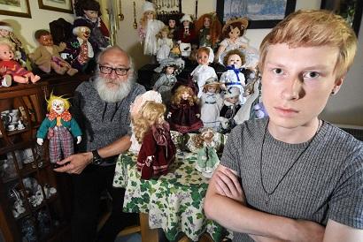 恐怖の人形館となった家。父親が買ってくる呪われた人形が家族に恐怖を与える!