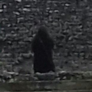 イギリスの古城に出現した黒マントの人物!その正体とは・・・?