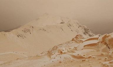【自然現象?!】奇妙なオレンジ色の雪に覆われたスキー場がまるでこの世の終わり