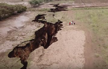 アフリカは真っ二つに?!ケニアに突如現れた巨大な地割れ