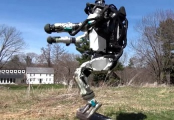 ロボットと追いかけっこが出来るかも?!自力で公園を走る人間型ロボット「アトラス」