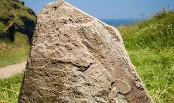 英国伝説アーサー王の出生地判明か!岩に刻まれた碑文が握る鍵