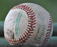 プロ野球の試合中に自分のビールカップにボールが飛び込んだ!本物の野球ファンならどうする?!