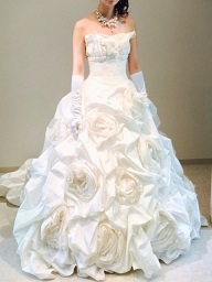 捨てられたセメント袋でウェディングドレス!