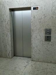 シカゴでエレベーターが急降下、あわや大事故に!