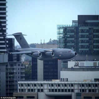 超低空飛行でビルすれすれを飛行するボーイング機スタントに非難殺到!