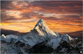 融解するエベレスト山の氷の下から多数の遺体現る!!