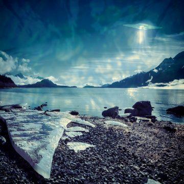 南極の凍った湖に停泊する巨大UFOが撮影される