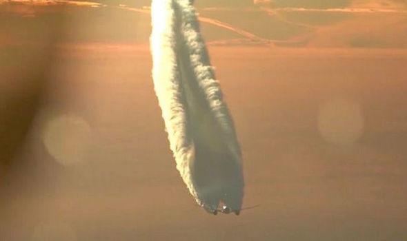 ケムトレイル散布の証拠?巨大な飛行機雲を噴出するボーイング787ジェット機の映像が拡散中
