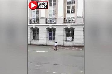 【恐怖!】自転車に乗る少年をじっと窓から見つめる女性の霊?!