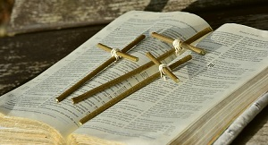 猛火で燃えた教会で奇跡的に燃えずに残った聖書と木製の十字架